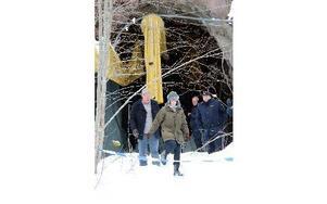 """Ett hål in i bergrum under Gudmundberget, efter Bergsmansvägen i Grängesberg, var onsdagsförmiddagens inspelningsplats för TV-serien """"Den fördömde"""". Andréa Edwards och Rolf Lassgård är klara med en tagning och kliver över polis-plastbandet som illustrerar en brotts- eller fyndplats i filmen. FOTO BOO ERICSSON"""