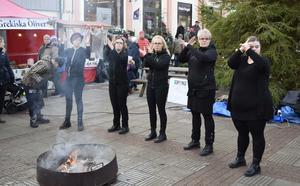 Leksands julmarknad bjöd också på  Teckenspråkssång med insamling till Musikhjälpen.
