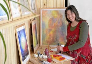 Kraftfullt. Konstterapi kan locka fram kreativa krafter hos människor tror terapeuten Petra Janensch. Hennes egna bilder är exempel på tekniker och resultat inom konstterapin. BILD: BIRGITTA SKOGLUND