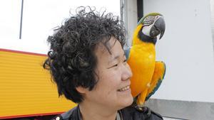Josefin Söderlind är marknadsansvarig på Cirkus Maximum, här tillsammans med en av cirkusens papegojor.