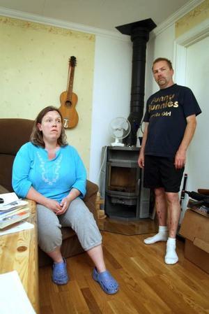 """olidlig värme. """"Vi får ont i huvudet och är ständigt trötta"""", säger Tina Andersson-Aldén och Stickan Andersson om den ovälkomna värmen i lägenheten i Sörby."""