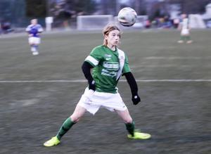 Oskar Westh har bollen i fokus både i fotboll och bandy.