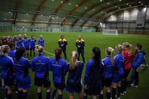 SDFF:s tjejer agerade träningsrupp när Ann-Helen Grahm och Thomas Dennerby föreläste och körde ett praktikpass.