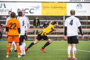 Ian Evans jublar efter målet.
