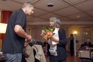 Peter Skyttner tackar Majsiri Östberg för gott samarbete.