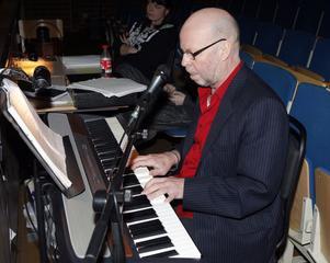 Regissören PO Andersson vid pianot under premiären av Frysboxen.