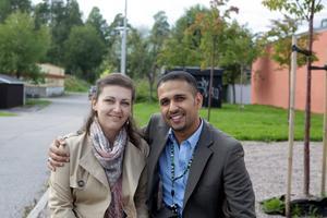 """SAMBO. Wisam Mohamed lever tillsammans med Jenny Ahnell och hennes barn. Wisam och Jenny är jämställda – nästan. """"Fortfarande är det Jenny som gör mest hemma. Men jag jobbar på det"""", skrattar Wisam, van från Irak att mannen drar in pengar och kvinnan sköter hemmet. Sedan han kom till Sverige har han fått tänka om. Men han medger att han fortfarande har svårt att se Jenny i kort kjol ute bland folk."""