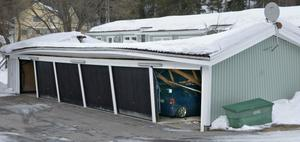 Garagelängan, som var byggd 1987, rasade någon gång natten till tisdagen.