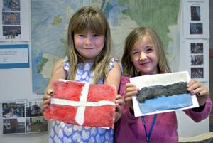 Linnéa Persson och Manda Hedström gjorde flaggor av trolldeg.
