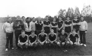 1983 vann det här gänget division V och klassiska LjIF hade börjat röra på sig igen och tre år senare var svart-gult åter i trean.   Övre raden från vänster: Stiven Hagblom (tränare), Bo-Lennart Olsson, Jan Åke Lund, Rolf Hägglund (tränare), Lars-Erik Bergman, Arne Carlsson, Urban Hagblom, Tommy Duvdahl, Åke Nordlund, Hans-Gunnar Eriksson, Sven-Åke Brandström, Sven Hellberg (lagledare). Nedre raden: Kent Andersson, Lennart Magnusson, Assar Nordlund, Anders Johansson, Örjan Nordlund och Per Carlsson.