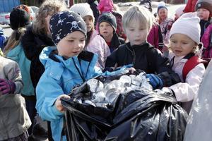 Lowe Forslund, Samuel Edlund och Nanna Gunnarson hjälps åt att återvinna flera tusen ljuskoppar.