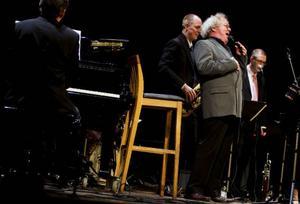Uppbackad av en sextett förnämliga musiker lyckades  veteranen Claes Janson återge mycket  av den soulmättade  stämning som präglade Ray Charles framträdanden.Foto: Håkan Luthman