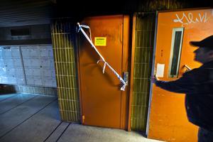 Newsat Degirmen  vid dörren tiill lägenhetsförråden som brann i onsdags kväll. Rökutvecklingen blev kraftig och Newsat, som bor på femte våningen, blev yr av röken och evakuerades av rökdykare.