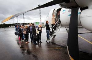 """Strax efter 17.00 på söndagseftermiddagen lyfte Östersundsflygs premiärtur till Stockholm Bromma enligt tidtabell. """"Många tycker att vi är galna som kör igång i lågkonjunktur men vi vill ju att det ska vara billigt att flyga så det passar bra"""", säger Magnus Trense (lilla bilden). Foto: Håkan Luthman"""