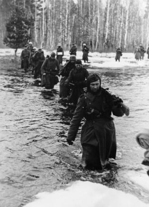 Tyska soldater rycker fram på östfronten. Tyskarna var bättre ledda än ryssarna under en stor del av kriget. Men trots detta var det ryssarna som stod som slutsegrare 1945.    Foto: Pressens Bild/TT