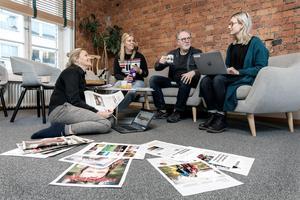 """Anna Sundkvist, Lina Lindbäck, Stefan Nolervik och Hanna Thelenius jobbar med nya ÖP Magasin. Lina Lindbäck har jobbat på 100 procent Östersund den senaste tiden. """"Det känns lite vemodigt att släppa den tidningen, men samtidigt jättekul att utveckla något nytt,"""" säger hon."""