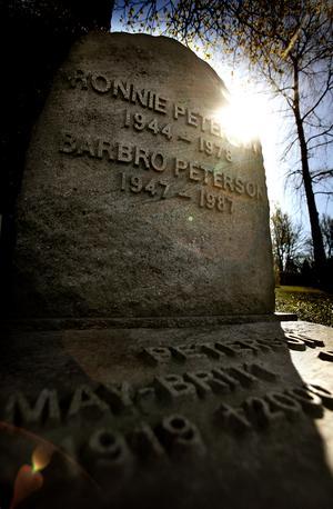 Ronnie Petersons familjegrav på Almby kyrkogård. Där vilar även frun Barbro och föräldrarna Bengt och May-Britt.