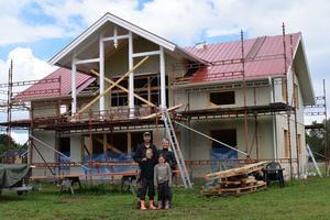 Mattias Brandt och Emma Nilsson tillsammans med barnen Saga och Sigrid bygger sitt drömhus i Äppelbo.
