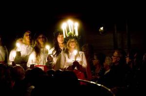 LUCIA. Årets Lucia i Gävle blev 16-åriga Caroline Friberg från Hemlingby. Vinnaren tillkännagavs igår i Konserthuset där Lucia och hennes tärnor även gjorde sitt premiärframträdande