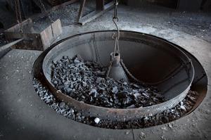Högst upp i hyttan slutar masugnarna med en masugnskrans. I den här ligger kol.