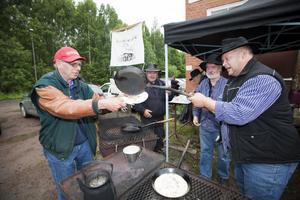 VARMA KOLBULLAR. Hofors kolarförening tillagade kolbullar på traditionellt vis. Tomas Wessling serverade en till Conny Bondegård.