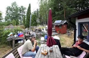 Fiskevårdare Ulf Stridsberg diskuterar gärna fisket med Henrik C Andersson och båda vill de behålla ett bra fiske i Storsjön.