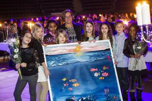 Övik Energi fick pris som årets miljöföretag. Vd Kristina Säfsten förärades av klass 3 på Örnsköldskolan en tavla de gjort tillsammans med Nolaskolans esteter.