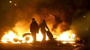 Eldfängt. Brinnande bilar är bara ett av de tecken ett samhälle i upplösning visar upp, skriver Dan Karlsson. foto: scanpix