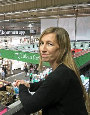 Linda Åkerström är uppvuxen i Hedesunda och skriver nu böcker om barn som löser mysterier i hennes barndomsmiljö.
