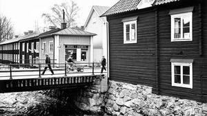 Bilden togs 1977. I lilla huset som i dag hyser en frisersalong görs det reklam för jeans & jackets.