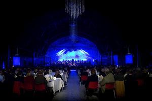Mat och musik. De 320 konsertgästerna trakterades vid borden och kunde vända stolarna mot den vackert inramade scenen under musikinslagen.