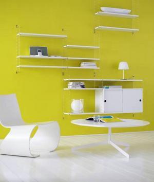 Helvitt är den kombination som säljer mest efter att Stringhyllan började nytillverkas 2005. Här i Stringplex med gavlar i plexiglas som ger en illusion av att hyllan hänger fritt på väggen.