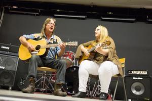 Två av medlemmarna i Carrie Hall Band, Benny Olsson och Karin Lindberg, med artistnamnet Carrie Hall.