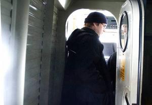 När dörren stängs sitter Joakim Törnvall själv och blickar framåt längs spåret och han får vara beredd för det kan dyka upp både skoterförare, hundar och älgar.