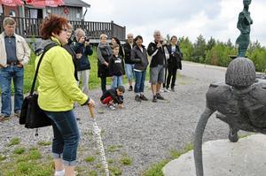 Informerar. Irene Welander berättar om de olika konstnärerna och tankarna bakom deras skulpturer.