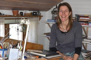 Viveka Sjögren har sin ateljé på övervåningen i huset i Näsbyn. I den inspirerande miljön under snedtaket illustrerar hon sina barn- och ungdomsböcker.