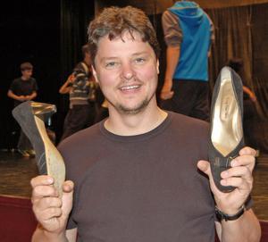 Mats Lissjanis visar upp de högklackade skor som han kommer att både gå och dansa i under musikalen Hairspray.