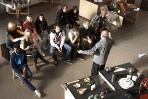 Formens betydelse. Eleverna från årskurs 8 på Stadsskogsskolan i Lindesberg fick veta mera om designens betydelse av Pentti Supponen som guidade i utställningshallen.