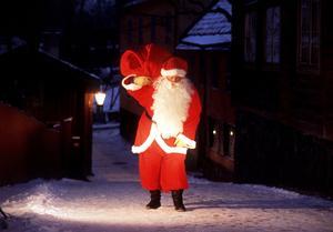 Föredöme? Är det bra om politiker likt jultomten delar ut presenter genom att sänka skatter och öka utgifter? Foto: Scanpix/TT