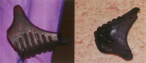 En cirka 2 cm stor plastbit hittades på golvet i lägenheten på Västergatan. Den tros vara en del av ett knivskaft. Foto: Polisens förundersökning
