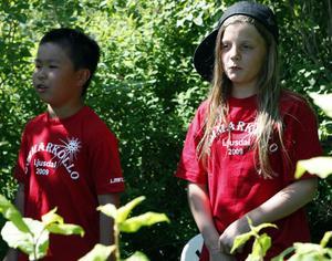 Åttaåriga Christoffer och tioåriga Stephanie framträdde en låt inför alla kollots barn och ledare.