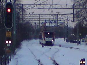 Kl 07.40 måndag morgon, ett tåg står stilla på spåret strax före Örebro centralstation.