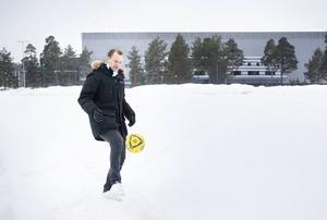 Hasse Berggren spelade själv tills han var 38 år. – Det brukar vara snön som ställer till det, inte kylan, säger han.