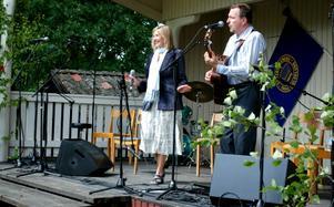 Titti Sjöblom, kompad av Erling Eliasson, strålade på scenen. Här framför duon