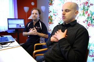 jAG KAN TÄNKA, JAG ÄR iNTE RÄDD. Apparaten som ska få oss att tänka och må bättre är en liten klämma man fäster i örat som är kopplad till en dator. Tränaren Richard Sundström lärde Arbetarbladets reporter att hitta en lugn hjärtrytm genom några tanke- och andningsövningar.