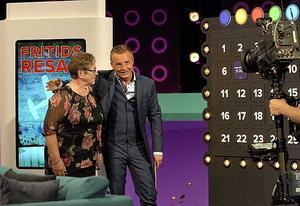 Sonja Rosén gratuleras till vinsten av programledaren Janne Bylund