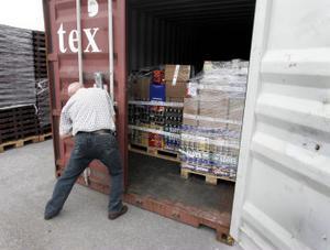 I två containrarna förvarar tullen den beslagtagna internetspriten. I nuläget rör det sig om sammanlagt 35 lastpallar.