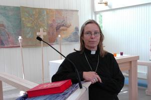 Anette Wilger tycker att den moderna träkyrkan i Örbyhus är häftig i kontrast till alla gamla kyrkor.