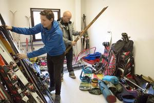Marie Persson från Västmananlands idrottsförbund och Johannes Hedlund regional samordnare på Fritidsbanken är glada över allt som kommer in till det nya