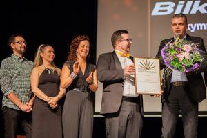 Bilkompaniet blev Årets företagare. Här delar en glad Thomas Nielsen (styrelseordförandeför Företagarna Mora ut priset till Bilkompaniets VD Jonas Estéen (som är minst lika glad).